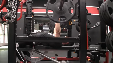 contract glutes in bench press